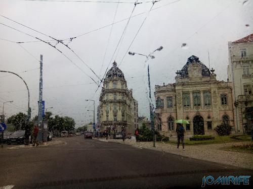 Praça da Portagem e Avenida Emídio Navarro em Coimbra em dia de chuva [en] Toll square and Emidio Navarro Avenue in Coimbra on a rainy day