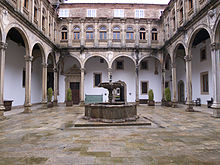 Patio de San Juan Hospital Real. in wikipedia.jpg