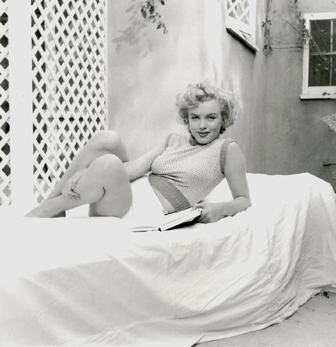 Marilyn Monroe with her books (4).jpg