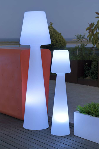 Outdoor-floor-lamps-to-use-in-a-deck-or-patio-ligh