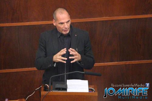 Conferência de Yanis Varoufakis sobre «Democratizar a zona Euro» na Universidade de Coimbra no dia 17 de outubro de 2015 - Discurso no púlpito [en] Yanis Varoufakis Conference about