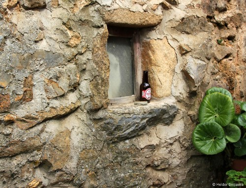 Uma garrafa na janela...hs.jpg
