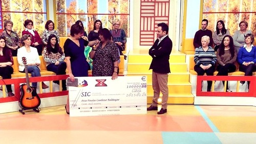 Kika recebe prémio (facebook Queridas Manhãs)