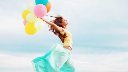 beautiful-happy-girl-with-balloons-wallpaper_14254