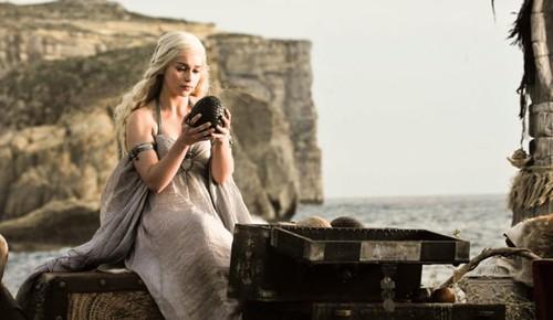 daenerys-et-un-de-ses-oeufs-de-dragon.jpg