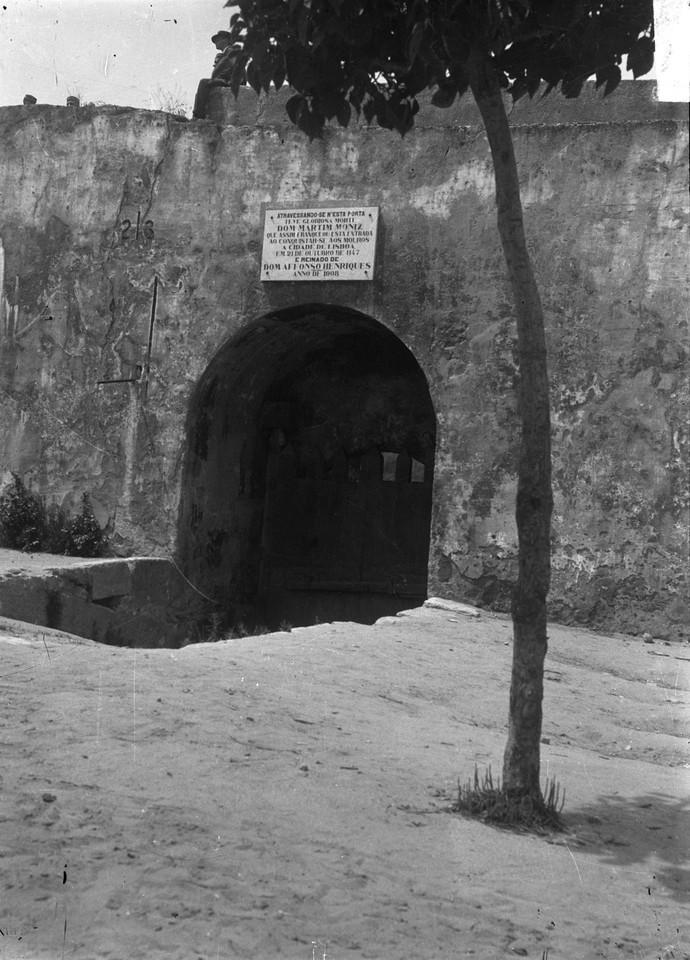 Castelo de São Jorge. Lado interior da porta de M