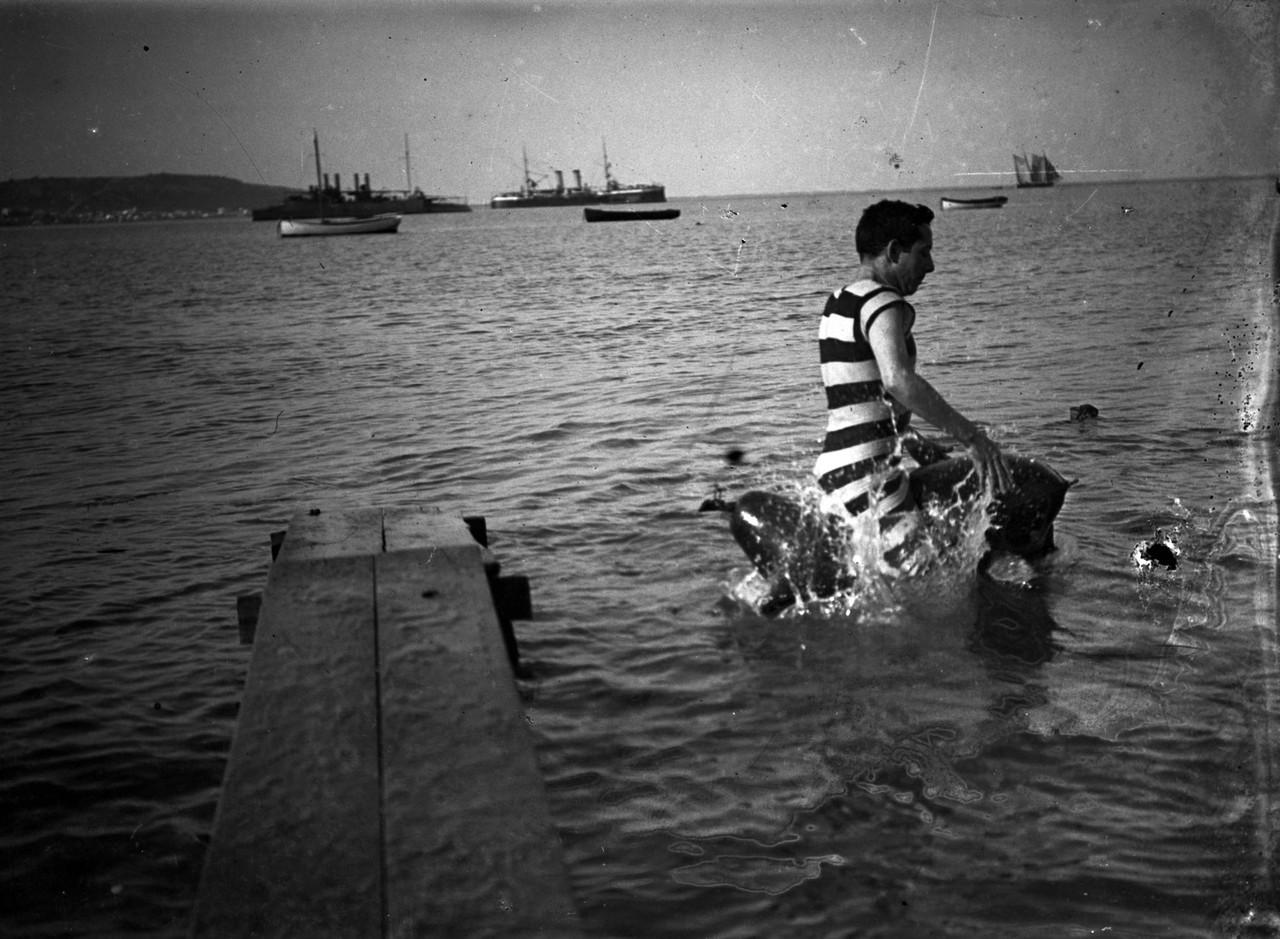 Banhistas na praia de Pedrouços,em segundo plano,