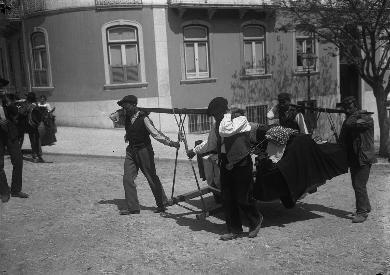 Moços de fretes, galegos com padiola, 1908, foto