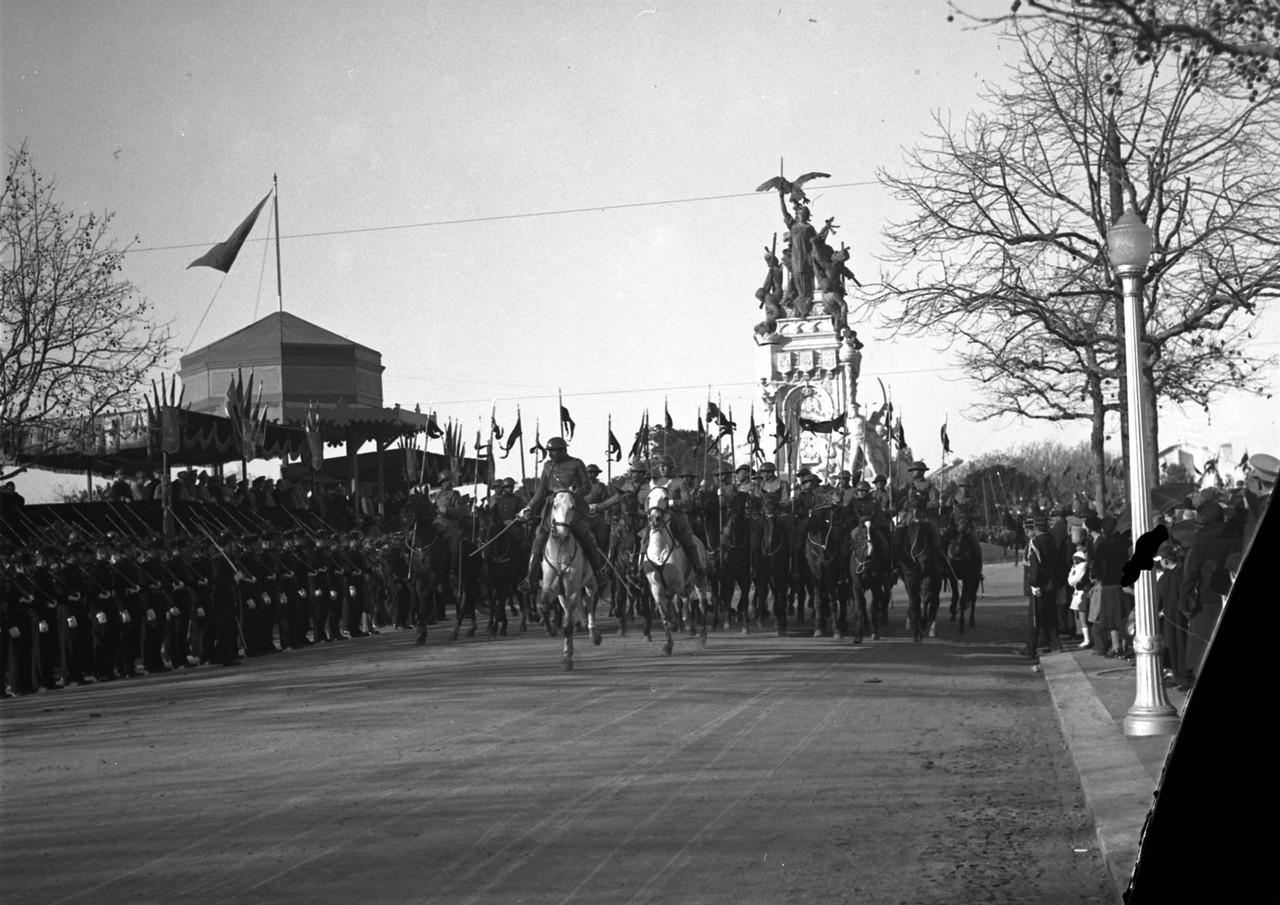 Parada Militar no dia da inauguração do monument