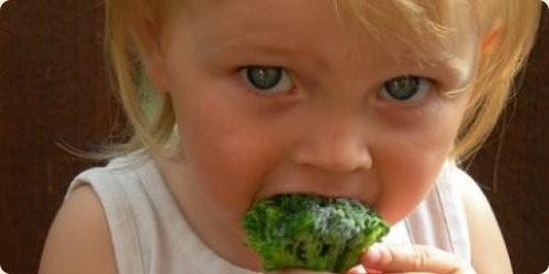 crianca-comer-broculos.jpg