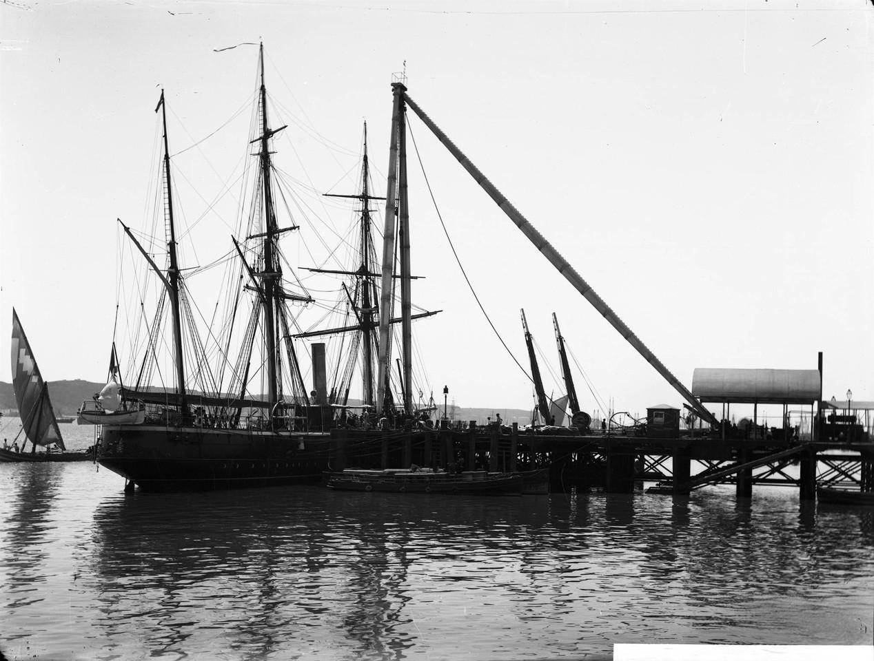 Corveta da armada portuguesa Mindello ancorada jun