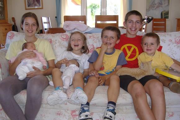 6 filhos no sofá.JPG