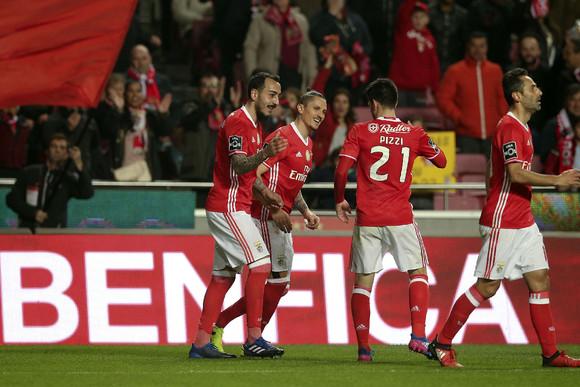 Jogadores do Benfica dão os parabéns a Mitroglou