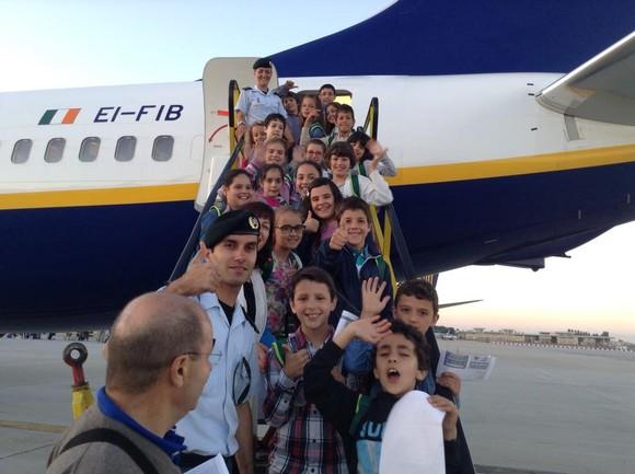 Câmara e GNR levam 20 crianças de avião até Li