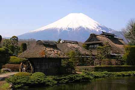 Uma pequena aldeia no Monte Fuji, no Japão .jpg