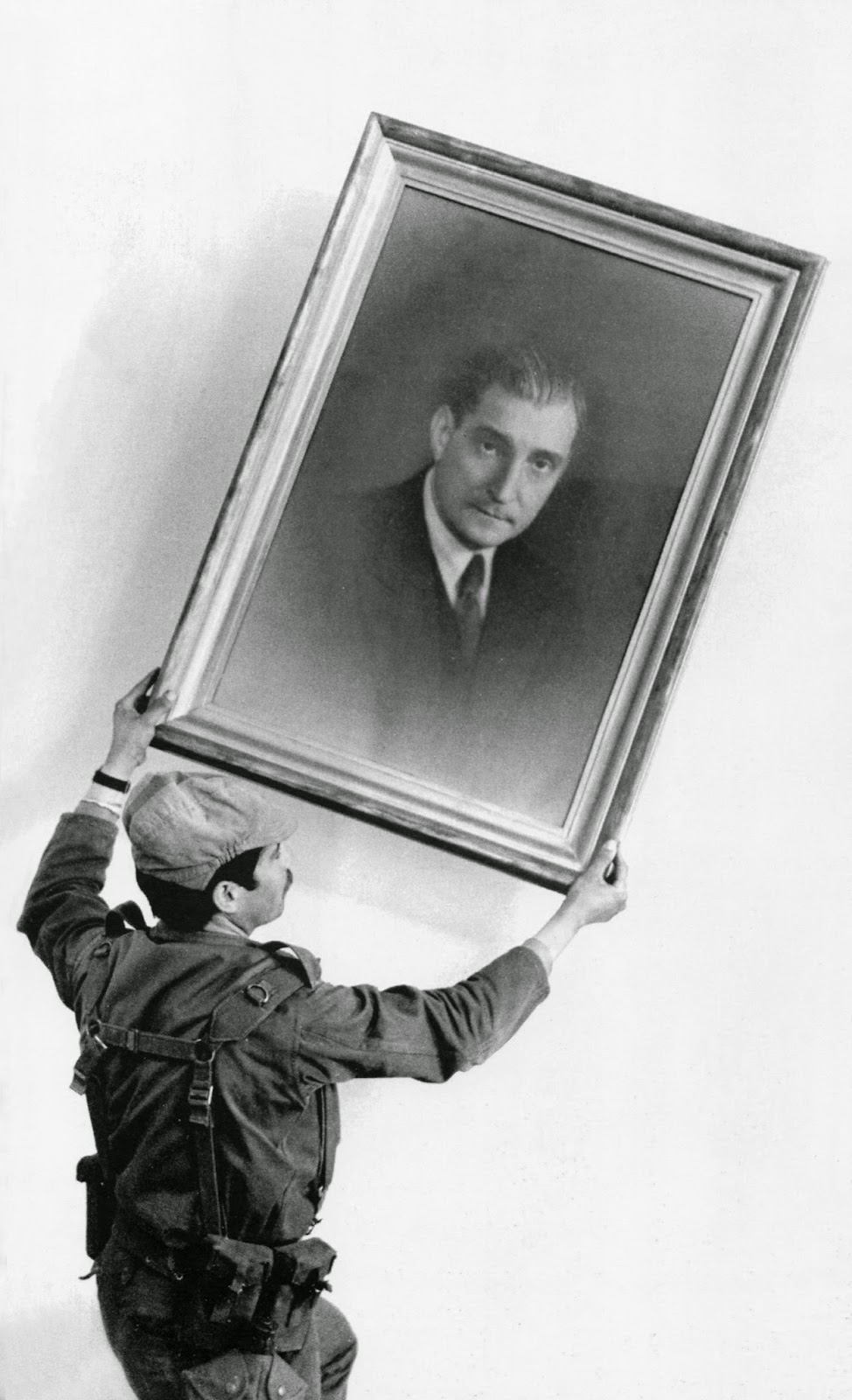 Soldado retirando o retrato de Oliveira Salazar, f