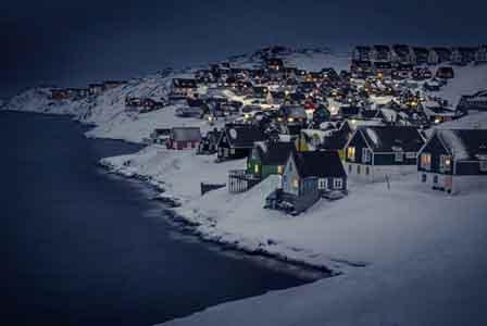 Uma visão noturna da aldeia Myggedalenillage, na