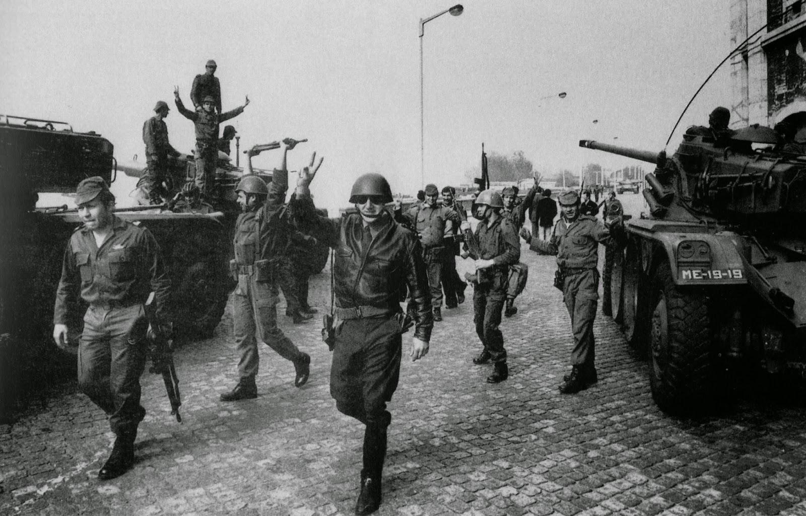 Salgueiro Maia  junto as tropas rendidas no dia 25