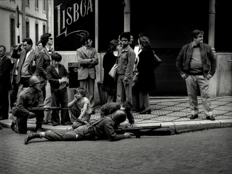 fotos-de-alfredo-cunha-o-dia-25-de-abril-de-1974.j